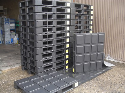 Pallet strapping deck with bespoke top